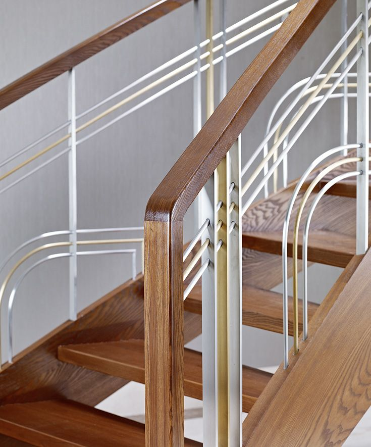 www.trabczynski.com ST770 Policzkowe schody gięte wykonane z jesiony termicznego. Balustrada ze stali szlachetnej i mosiądzu z pochwytami drewnianymi. Realizacja wykonana w domu prywatnym , projekt – Anna Wichłacz&TRĄBCZYŃSKI / ST770 Curved stringer stair made of thermo ash. Balustrade of stainless steel and brass with wooden handrail. Private residential project, designed by Anna Wichłacz&TRABCZYNSKI