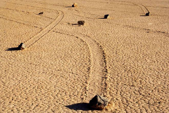 N. 10 Pietre che veleggiano - Queste pietre di oltre 300 kg si spostano per tutta la Death Valley in California, senza l'ausilio di uomini o macchine. Si è recentemente scoperto che, nei mesi invernali, queste grandi rocce si muovono quando strati di acqua e ghiaccio iniziano a sciogliersi sotto di loro, e le spostano in un lento scivolamento verso una nuova destinazione sabbiosa.