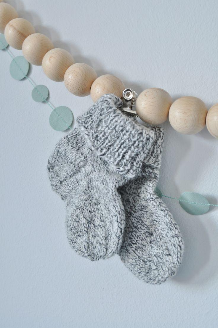 Babykamer | nursery | socks | wooden garland | woonketting | http://www.10voorstijl.nl/category/weblog/