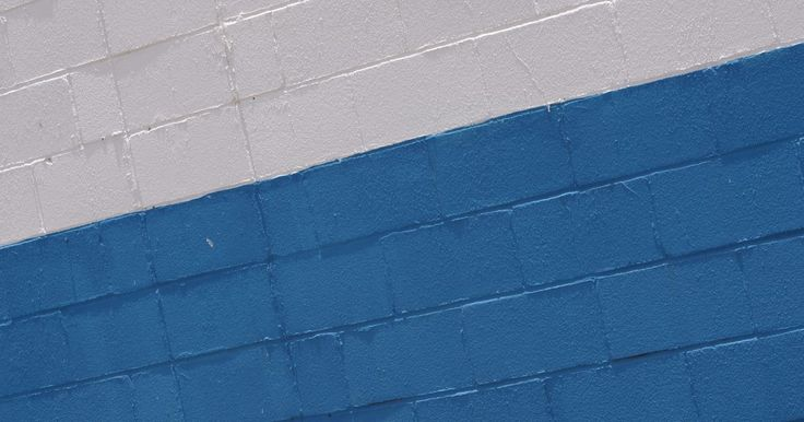 Cómo colocar paneles de yeso en una pared de concreto. Las paredes de hormigón son comunes en los sótanos y espacios comerciales. Están formadas por grandes bloques de cemento rectangulares apilados uno encima del otro y se unen entre sí mediante morteros. Los paneles de yeso pueden darle al concreto un aspecto más acabado. Se instala un marco con tiras para mantener los paneles. Las tiras de metal o ...