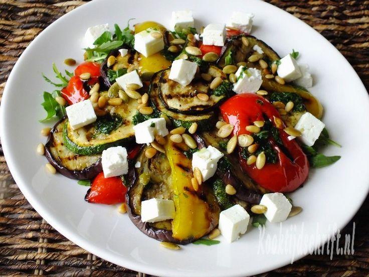 Deze salade met gegrilde groenten, feta en basilicum is een heerlijke maaltijdsalade op zichzelf maar is ook erg lekker bij bijvoorbeeld de BBQ . We hebben natuurlijk al een lekker voorproefje gehad op de zomer en wij hebben onze eerste BBQ alweer g