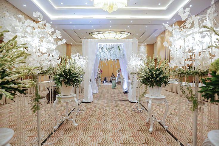 Pernikahan Adat Sunda ala Dena dan Kamil di Hotel Santika - Decor 1