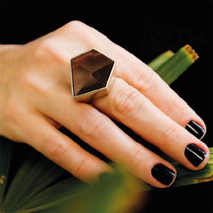 Neste anel de presença forte, o peso da prata é balanceado pelo quartzo fumê praticamente transparente, para produzir a sensação de enxergar dentro de um bloco de gelo eterno. #vanessarobert #quartzofume #ring #jewelry