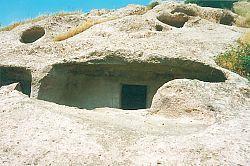 Domus de Janas Santu Pedru ingresso di una delle altre tombe della necropoli