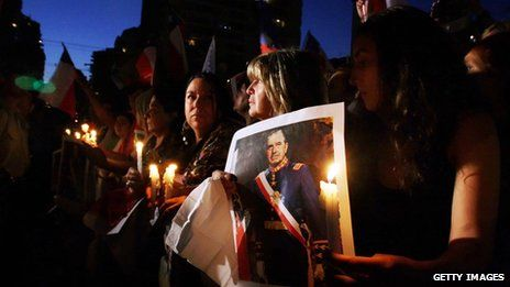 Supporters of Augusto Pinochet hold a vigil in front of the Military School in Santiago on 10 December 2006