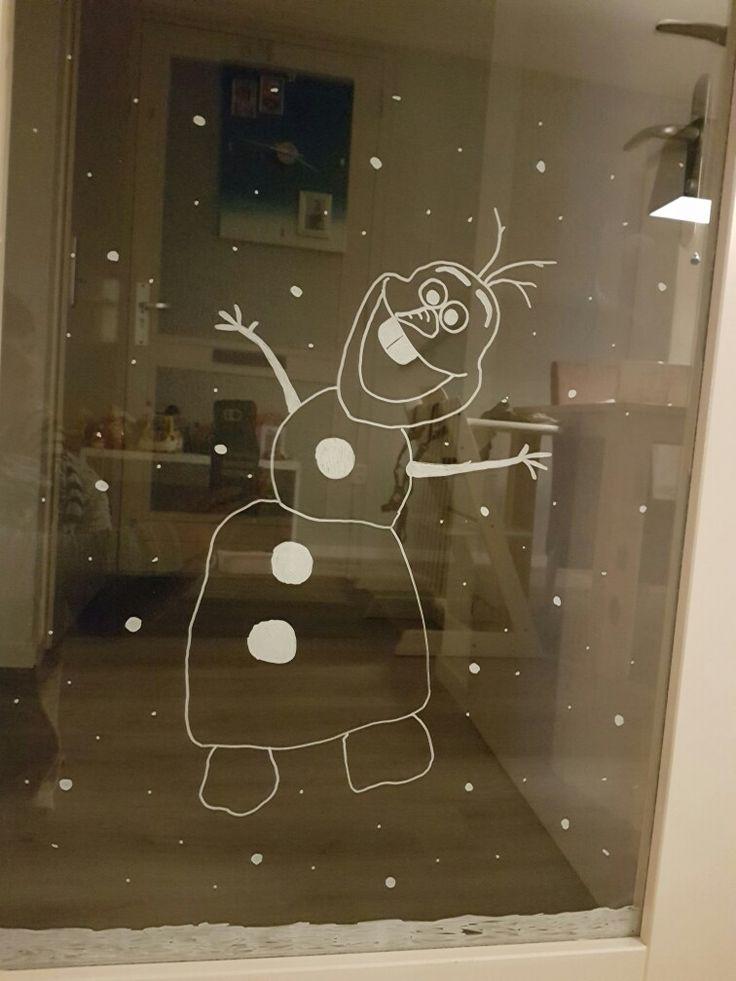 Olaf van frozen met krijtstift op de deur getekend