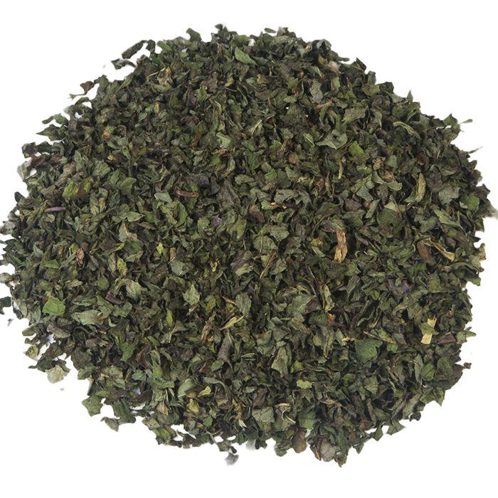 PEPERMUNT GESNEDEN | De Frankische pepermunt die de basis vormt voor deze thee, wordt op een zachte wijze gedroogd, waardoor een uitzonderlijke kwaliteit wordt behaald. Bovendien bevat de thee een bijzonder hoog gehalte etherische oliën, wat resulteert in een aangename geur en intense smaak. |