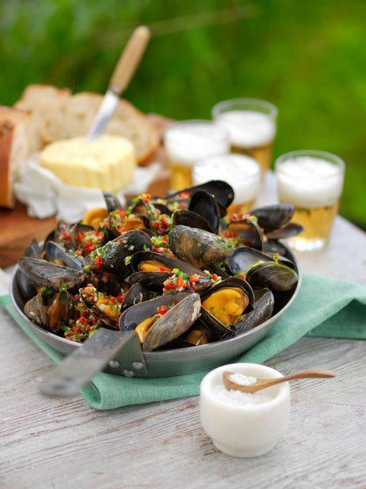 Bjud på en härlig grillbuffé med grillade musslor, eget kryddsmör och en helt underbar flankstek