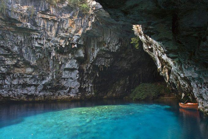 Los 16 lagos más bonitos del mundo:Lago Melissani, Cefalonia, Grecia | Skyscanner