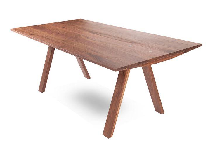 Roels Collection Mimo: een mooie designtafel en is verkrijgbaar in verschillende uitvoeringen. De poten zijn keerbaar en kunnen op het uiteinde van de tafel, maar ook onder het blad geplaatst worden. Leverbaar in 4 afmetingen. Materiaal: lood en eiken.