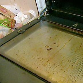 Ormai non potete più fare finta di niente: il forno è incrostato e lo dovete proprio pulire. Ecco 4 rimedi fai da te, facili e veloci, ma soprattutto naturali, per farlo brillare in pochissimo tempo. Che sia elettrico o a gas poco importa.
