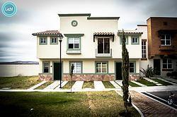 Venta de Hermosas Casas estilo Californiano en El Marqués Santiago de Querétaro. 3 recamaras, 3 baños, terreno 140 m2, construcción 105 m2 No pierdas la oportunidad, tienes que conocerlas ver mas .. Anuncia tu inmueble totalmente Gratis y síguenos en nuestras redes sociales
