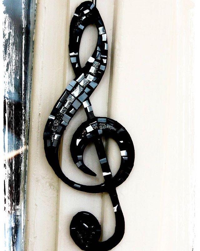 Скрипичный ключ, 22 см. Стеклянная мозаика. #trebleclef #almatyhandmade #handycraft #craftsman #mosaicartwork #mosaicart #almaty #astana #music #musicalmaty #мозаикарт #глассарт #скрипичныйключ #ручнаяработаалматы #алматы #казахстан #астана #капшагай #музыкаалматы