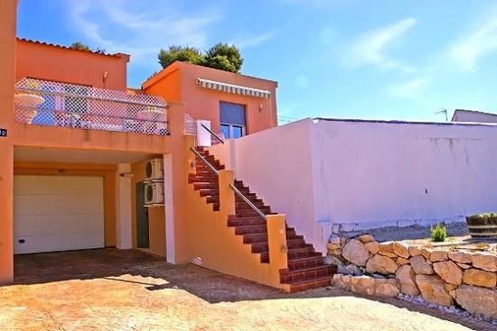 #Villa en #Moraira de #alquiler #vacacional, para un máximo de 8 personas. Situada en una zona urbana con colinas y a 500 m de la #Playa L´Ampolla.  La villa es de 2 plantas, tiene un salón de estar con aire acondicionado y televisión, otro comedor, 4 dormitorios,  calefacción central, conexión a Internet, cocina bien equipada, piscina, terrazas y parking privado.    Más villas en: http://www.villasguzman.com/esp