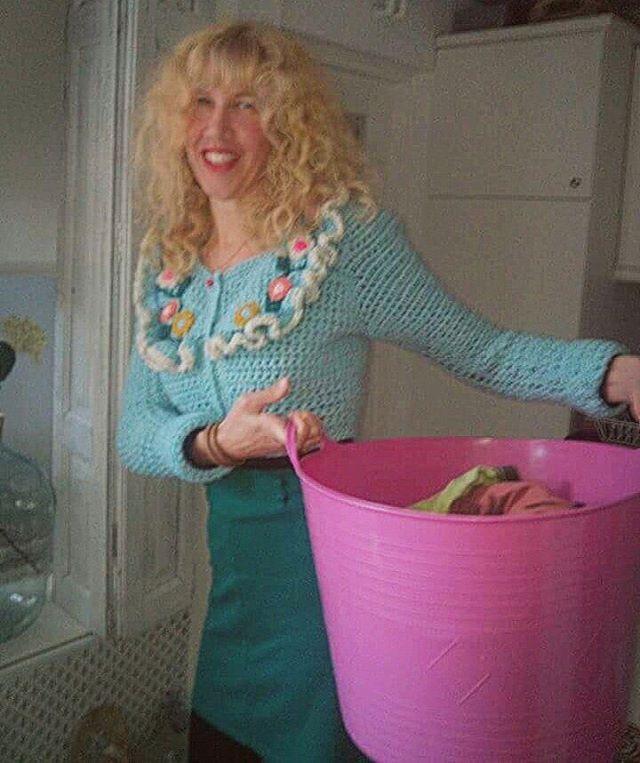 In mijn #zelfgehaakte #vestje ben ik de gelukkigste huisvrouw ter wereld! #crochetdesign #sweet #happy