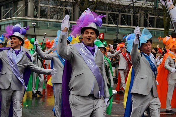 """Inde zuidelijke helft van het land is de jaarlijkse Gay Pride begonnen. Cafés en feestzalen zitten vol met vrolijk verklede homoseksuelen. Ook zijn er optochten met praalwagens. In steden als Den Bosch, Breda en Maastricht is volop gezelligheid tijdens de Gay Pride, of """"carnaval"""", zoals het feest daar wordt genoemd. Omdat veel deelnemers nog niet uit de kast zijn, zijn [...]"""