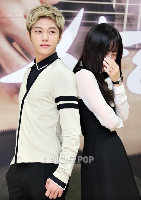 [NEWS PIC] 140915 SBS My Lovely Girl Press Conference - #인피니트 Myungsoo with Krystal pic.twitter.com/vuyaiIIDl7