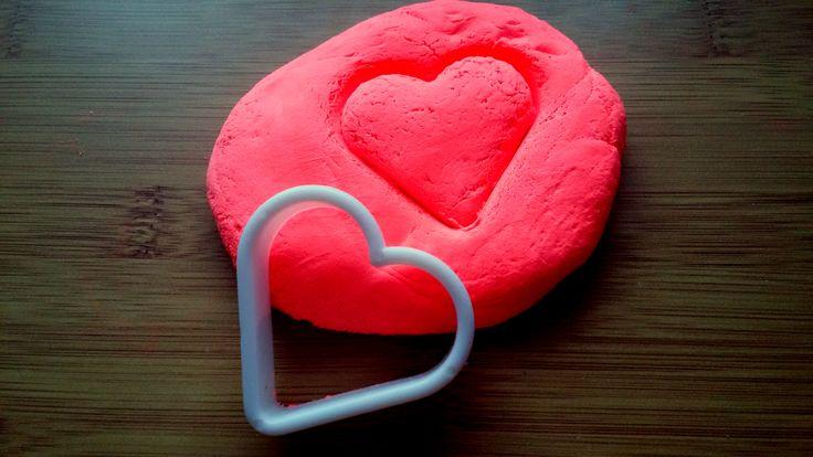 Wyciskanie kształtów w ciastolinie.