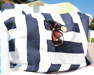 Canvas Beach Bag - Break out the sunscreen and sunglasses because it's almost summer! This free purse pattern will become your go-to bag this season.