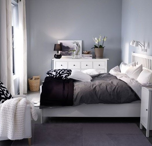 Light grey walls with darker grey and white
