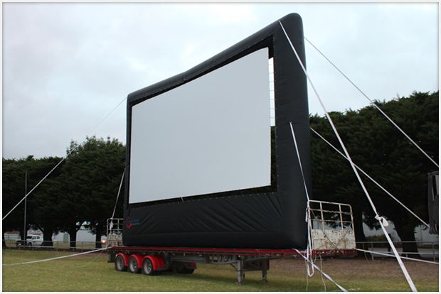 Screen mounted on a truck for drive-in cinema