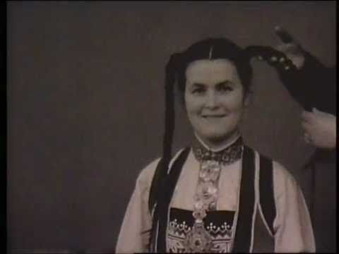 Håroppsetting og skautpåbinding (stumfilm) - YouTube beautiful film from the '30 showing Norwegian regional hair and headdresses being put on