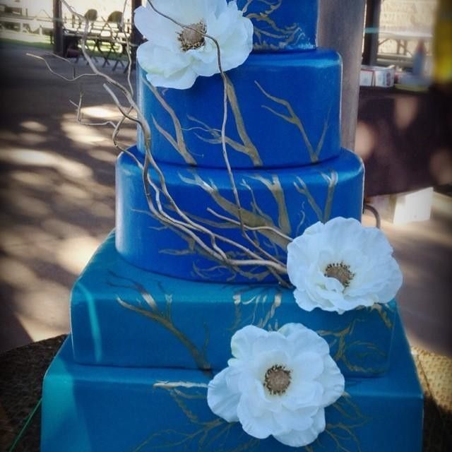 Feeling blue? How about this hand painted wedding cake? Flowers and curly willows from #afloral
