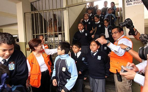 Alcaldesa de Lima lideró simulacro de sismo en colegio Nuestra Señora de Monserrate