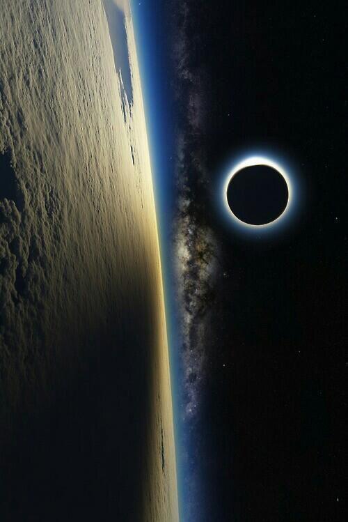 """IMAGENES INCREIBLES™ en Twitter: """"Increíble vista de la luna desde el espacio. http://t.co/BPENRDeuqh"""""""