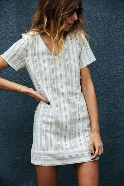 simple patterned short sleeve summer dress | spring / summer | v neck | dirty blonde wavy cut | boho