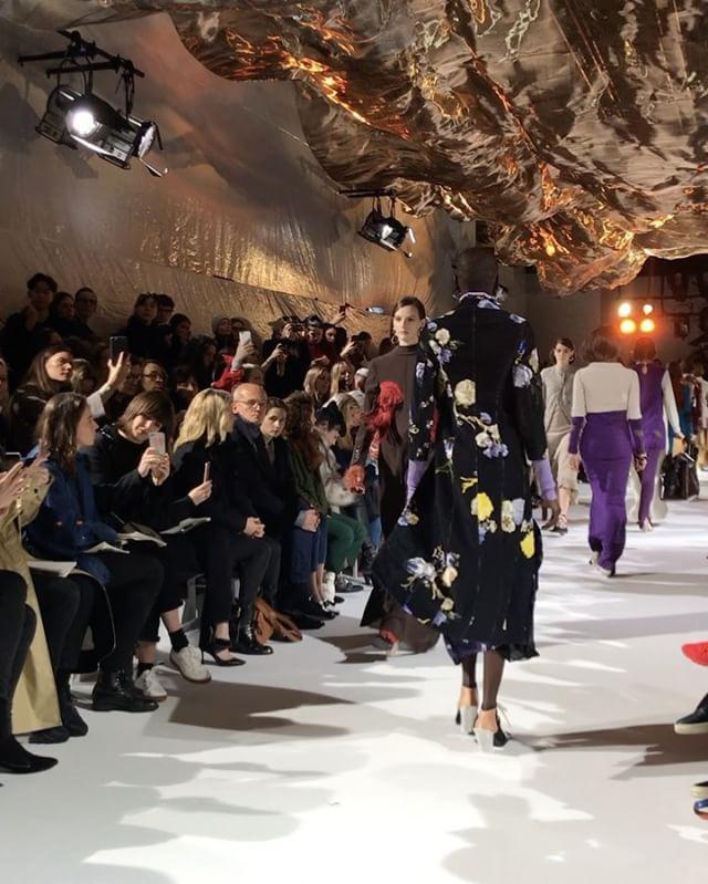 """""""활동적이고 로맨틱한 동시에 성숙하고 여성스러운 룩!"""" 조니 요한슨의 #아크네 쇼에는 그의 설명과 정확히 일치하는 옷들이 등장했습니다  편안해 보이지만 독특한 디테일이 가미된 팬츠 모던한 니트 웨어 관능적인 동시에 로맨틱한 플라워 프린트 드레스 등은 여자들이 가을에 꼭 입고 싶어할 만한 것들! 겨자색 가지색 짙은 나무색 등 톤 다운된 풍성한 색감도 아름답죠? (Jiyoung Kim @jiyoungkim6364) _ #JonnyJohansson's #AcneStudiosFW17 show featured active romantic and feminine looks. #AcneStudios #Acne #FW17 #PFW #Vogue #VogueKorea #巴黎时装周 #巴黎 服装秀  via VOGUE KOREA MAGAZINE OFFICIAL INSTAGRAM - Fashion Campaigns  Haute Couture  Advertising  Editorial…"""
