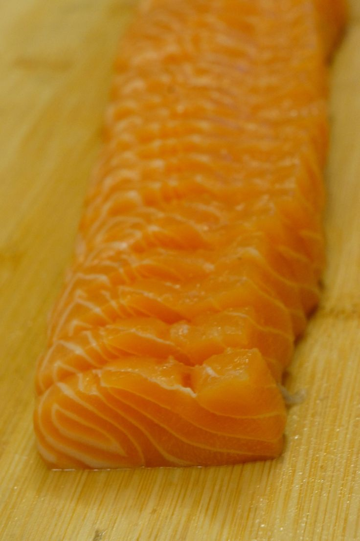 So what happens if you buy a huge salmon as such? Due to high demand of requests from friends who wants to know how to do this, I will use pictures to illustrate how I slice my salmon into sashimi …