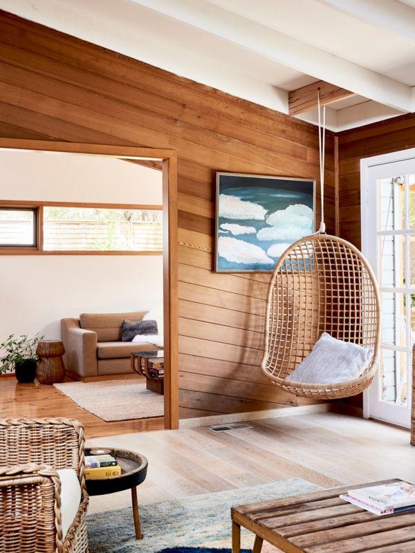 Lemnul de cedru pune în valoare interiorul și aduce căldură în această frumoasă casă din Australia