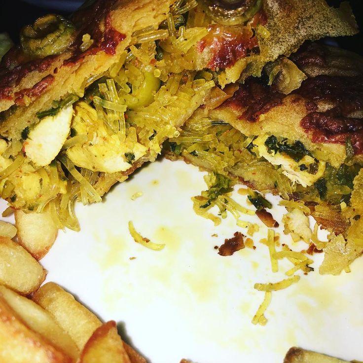 Plato de papas fritas, pasta de brique rellena de fideos, pechuga de pollo y ace …   – Platos típicos marroquíes