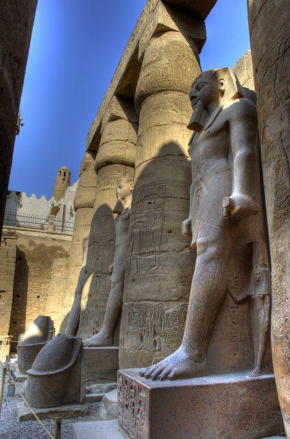 Estatuas colosales de Ramses II en el templo de Amón en Karanak ,Tebas  Actualmente Luxor