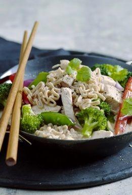 Dette er en enkel og smakfull kyllingwok med mye grønnsaker. Kokosmelk og soyasaus gir woken en god smak
