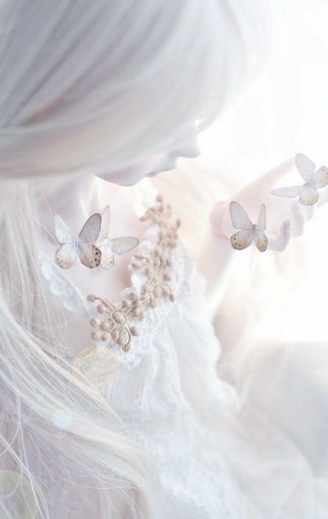Une traînée de larme comme une poudre éteinte, un encrier blême comme une page qui ne veut pas s'écrire, une mèche de cheveux blonds, un rayon de soleil balaye mon front. La lune et les étoiles  badinent et les cieux m'éblouissent, sacrés plaisantins