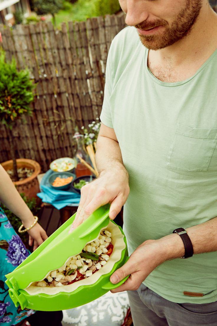 Máte rádi pizza kapsy – calzone? S formou na calzone je jejich příprava hračka. Pro vykrojení správného tvaru stačí použít spodní hranu otevřené formy, poté vykrojené těsto trochu rozválejte, umístěte do formy na calzone, naplňte svými oblíbenými ingrediencemi, okraj lehce navlhčete vodou a pak stačí už jen formu zavřít a pizza calzone je připravená na pečení.