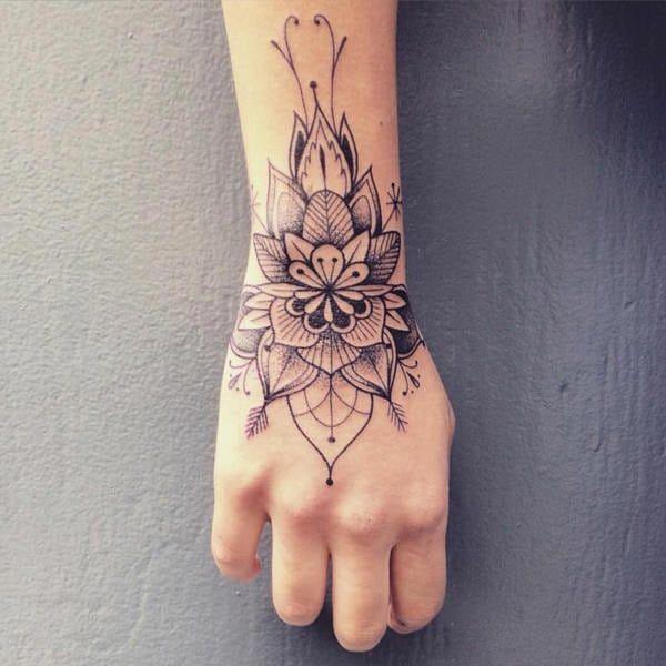 26 tatuagens femininas para as mãos | Wrist hand tattoo, Hand tattoos for women, Wrist tattoos for women