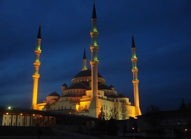 Ankara Ankara, es un cóctel entre tradición y transformación, su casco antiguo relata el pasado histórico de esta ciudad gracias a la influencia bizantina y otomana: bazares, tapices, hermosos mosaicos de colores, antiguas ruinas, etc.