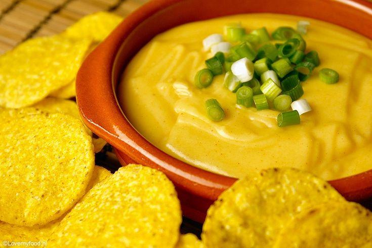 Deze warme nacho cheese dip is een echte must try! Heerlijk comfort food voor op een koude winteravond! Het leek me super lekker, dus het stond al een tijdj