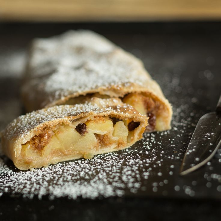 Original Wiener Apfelstrudel verlangt nach einem hauchdünnen Strudelteig und einer süß-fruchtigen Füllung. Hier gibt es ein ausführliches Rezept für dich.