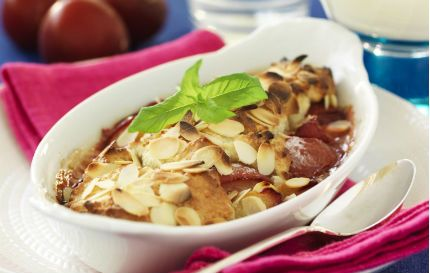 4 port Tid: ca 30 min 500–600 g plommon 4 msk socker 4 tsk potatismjöl 250 g mandelmassa 1 ägg ca 50 g mandelspån 1 förp vaniljvisp eller vaniljsås 1. Dela och kärna ur...