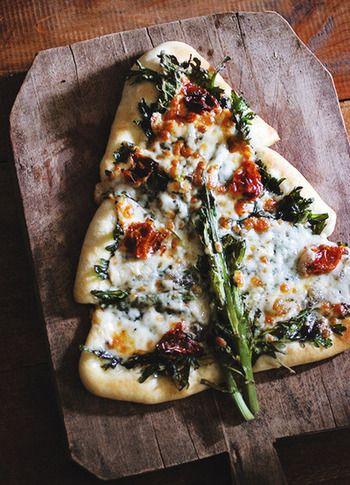 ピザ生地をツリーの形にして、春菊やドライトマト、ゴルゴンゾーラチーズなどをのせた、ワインに合いそうな大人のピザ。トッピングはお好みでいろいろアレンジしてみてください。