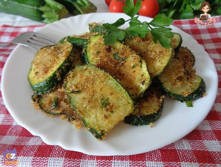 Un contorno molto gustoso e sfizioso di zucchine al pangrattato e prezzemolo , semplicissime da fare e cotte in padella , una vera delizia !