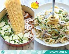 Zobacz zdjęcie MEGA PYSZNY obiad JEDNOGARNKOWY w 20 min!!! MEGA PYSZNY obiad JEDNOGARNKOWY w 20 min!!! Składniki: spaghetti , pieczarki (pokrojone w cienkie plasterki), 2 cukinie (pokrojone w cienkie plasterki i ćwiartki), 2/3 szklanki groszku, 2 ząbki czosnku, 2 gałązki tymianku, sól i świeżo zmielony czarny pieprz do smaku, 1/3 szklanki startego parmezanu, 1/4 szklanki śmietany kremówki. W garnku na średnim ogniu, połączyć spaghetti, pieczarki, cukinię, groszek, czosnek, tymianek i 4,5…