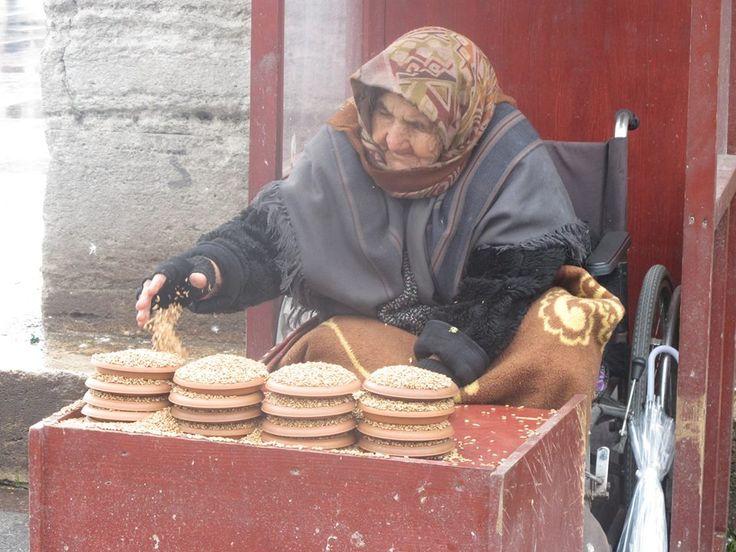 Eminönü'de kuş yemi satan bu teyzenin fotoğrafını çekmek istedim. Yem almadığım için çekemeyeceğimi söyledi. Dolayısı ile kuşları yemledim :)