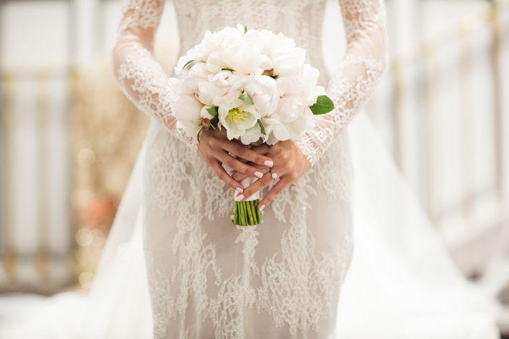 @STEVENKHALIL lace detail + @oliviamaiolo simple ivory peonie bouquet = perfection