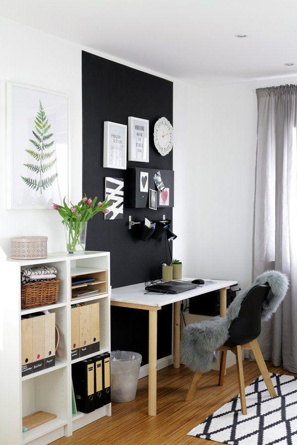 Home Office Farbfläche hinter dem Schreibtisch