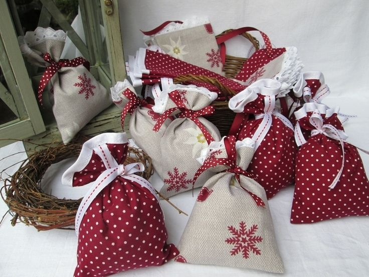 Adventskalender Edelweiß & Pünktchen von Barosa auf DaWanda.com Romantischer Adventskalender zum Selberbefüllen. Aufwändig zur Hälfte mit weißem Schrägband und weißer Wäschespitze eingefasst.